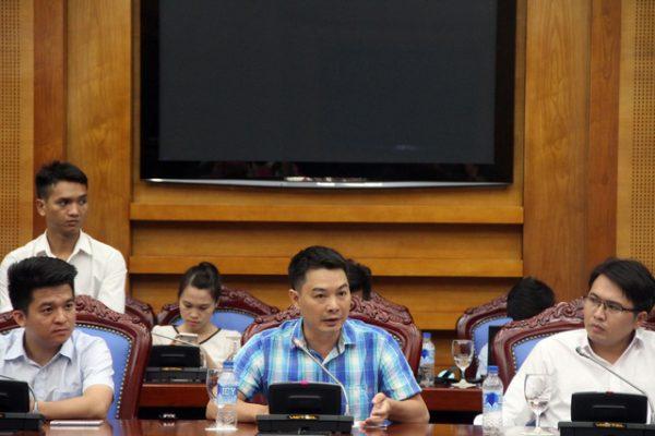 Ông Trần Việt Vĩnh (áo xanh) khẳng định tầm quan trọng của AI, Big Data trong lĩnh vực cho vay cá nhân trực tuyến
