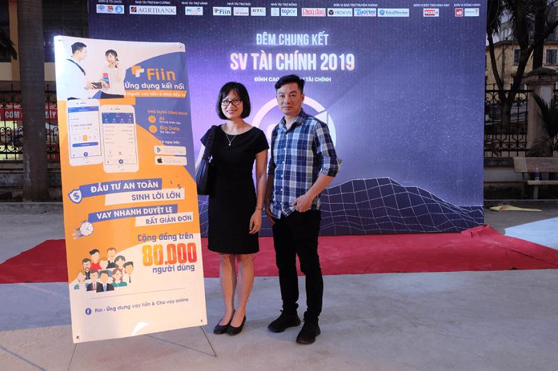 Ông Trần Việt Vĩnh - CEO của Fiin (bên phải) chụp hình cùng đại diện lãnh đạo trường ĐH Kinh tế (ĐH Quốc gia Hà Nội)