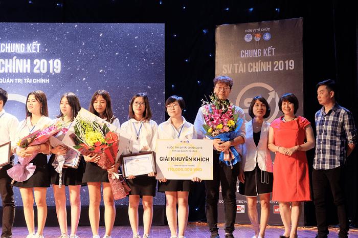 CEO của Fiin (ngoài cùng bên phải) trao hoa cho các đội thi đạt giải đêm Chung kết sinh viên Tài chính 2019