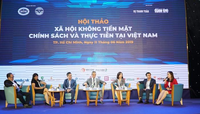 """Diễn giả trao đổi về việc làm sao đẩy mạnh không dùng tiền mặt trong người dân trong hội thảo """"Xã hội không tiền mặt – Chính sách và thực tiễn tại Việt Nam"""" ngày 11/06"""