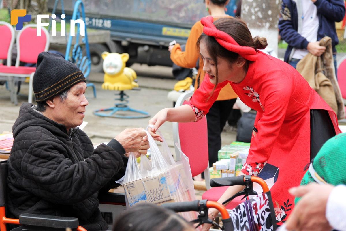 Hoa khôi ngoại thương tặng quà cho người lớn tuổi tại chợ tết yêu thương