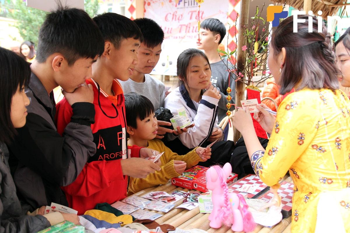 Các em nhỏ rất háo hức tham gia chợ tết của Fiin Credit