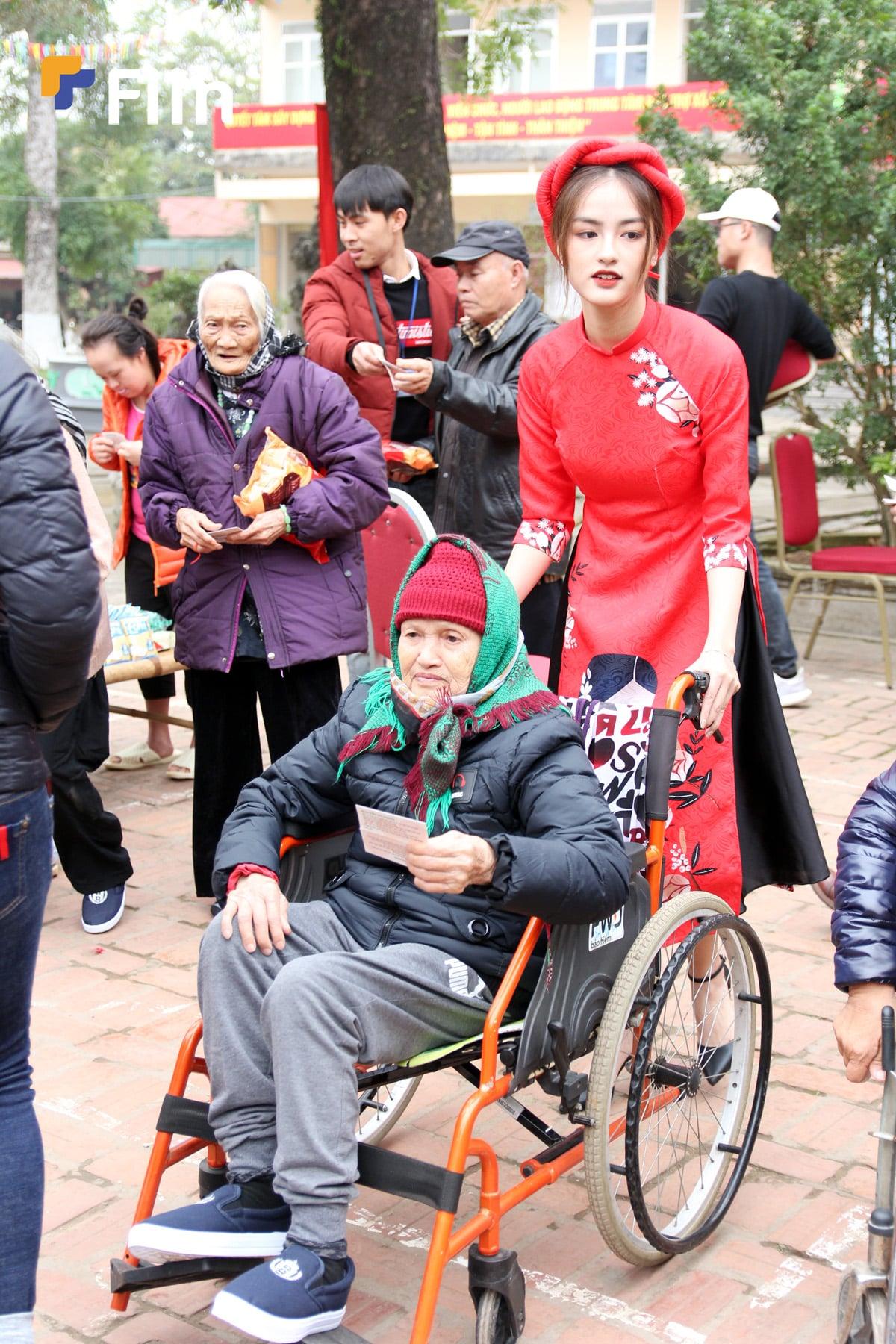 Những hình đẹp của Hà My tại hoạt động chợ tết yêu thương
