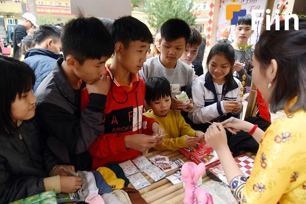 Các em nhỏ háo hức mua đồ ở tiệm tạp hóa của Fiin tại hoạt động từ thiện.