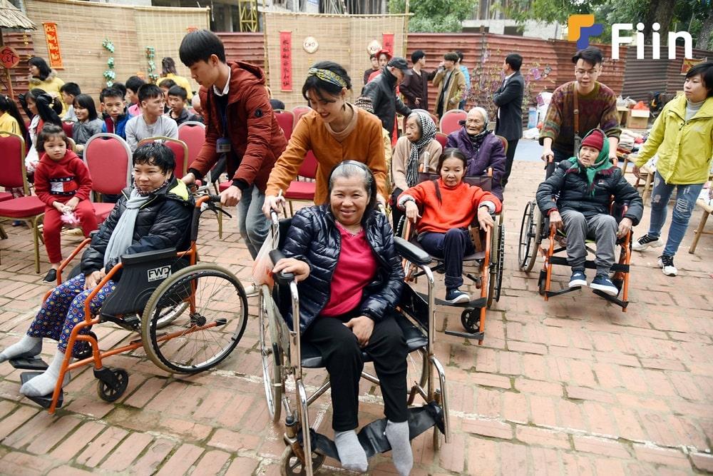 Các cụ già hân hoan tham dự phiên chợ với sự giúp đỡ của nhân viên Fiin.
