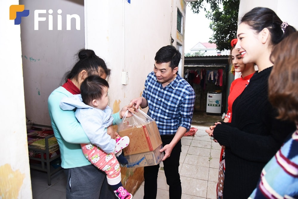CEO Fiin - ông Trần Việt Vĩnh đến từng phòng thăm hỏi và tặng quà.