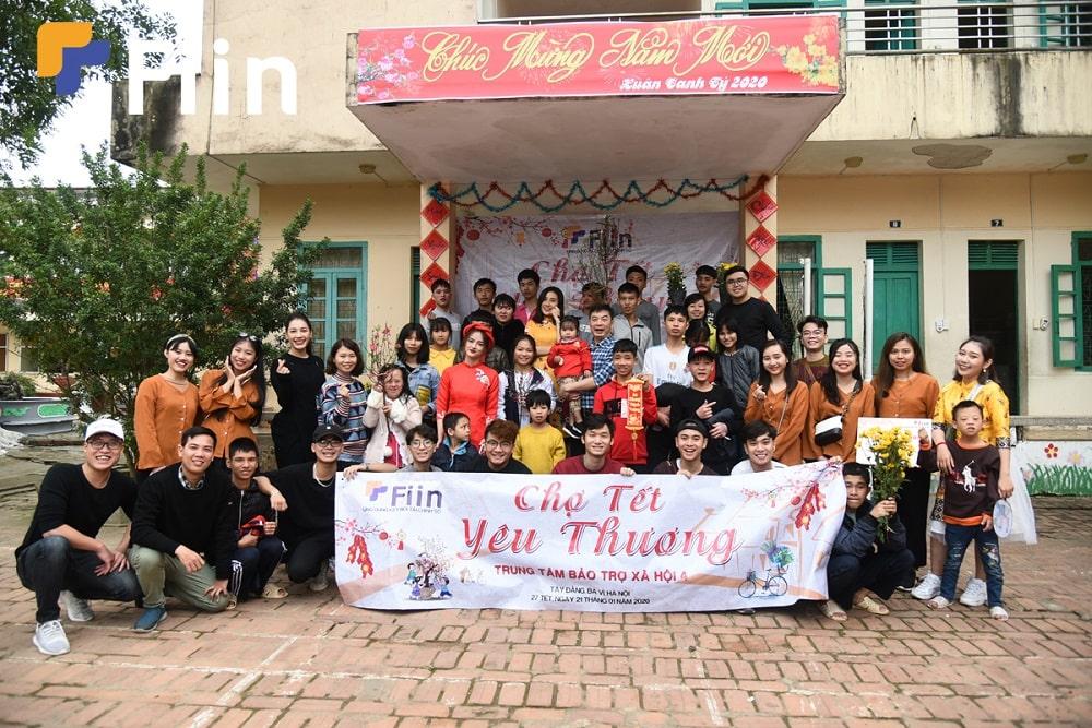 BGĐ Trung tâm cùng những thành viên của Fiin chụp bức ảnh tập thể sau khi kết thúc phiên chợ.