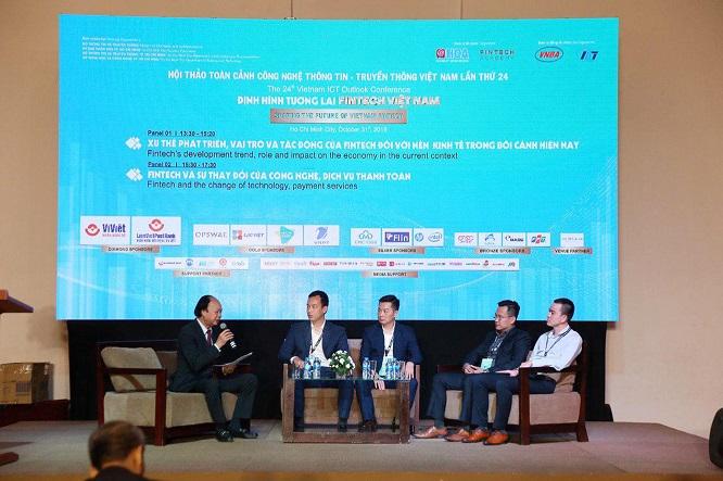 Ông Trần Việt Vĩnh - CEO của Fiin (ngồi chính giữa) cùng đại diện của Viettel Pay, LienViet Post Bank và một số đơn vị khác phát biểu tại Hội thảo VIO 2019 về việc định hình tương lai Fintech Việt Nam.