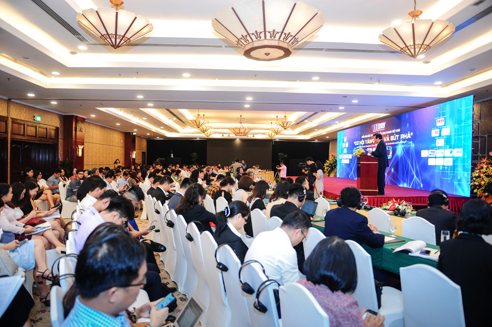 Hơn 300 người tham gia diễn đàn tài chính, kinh tế