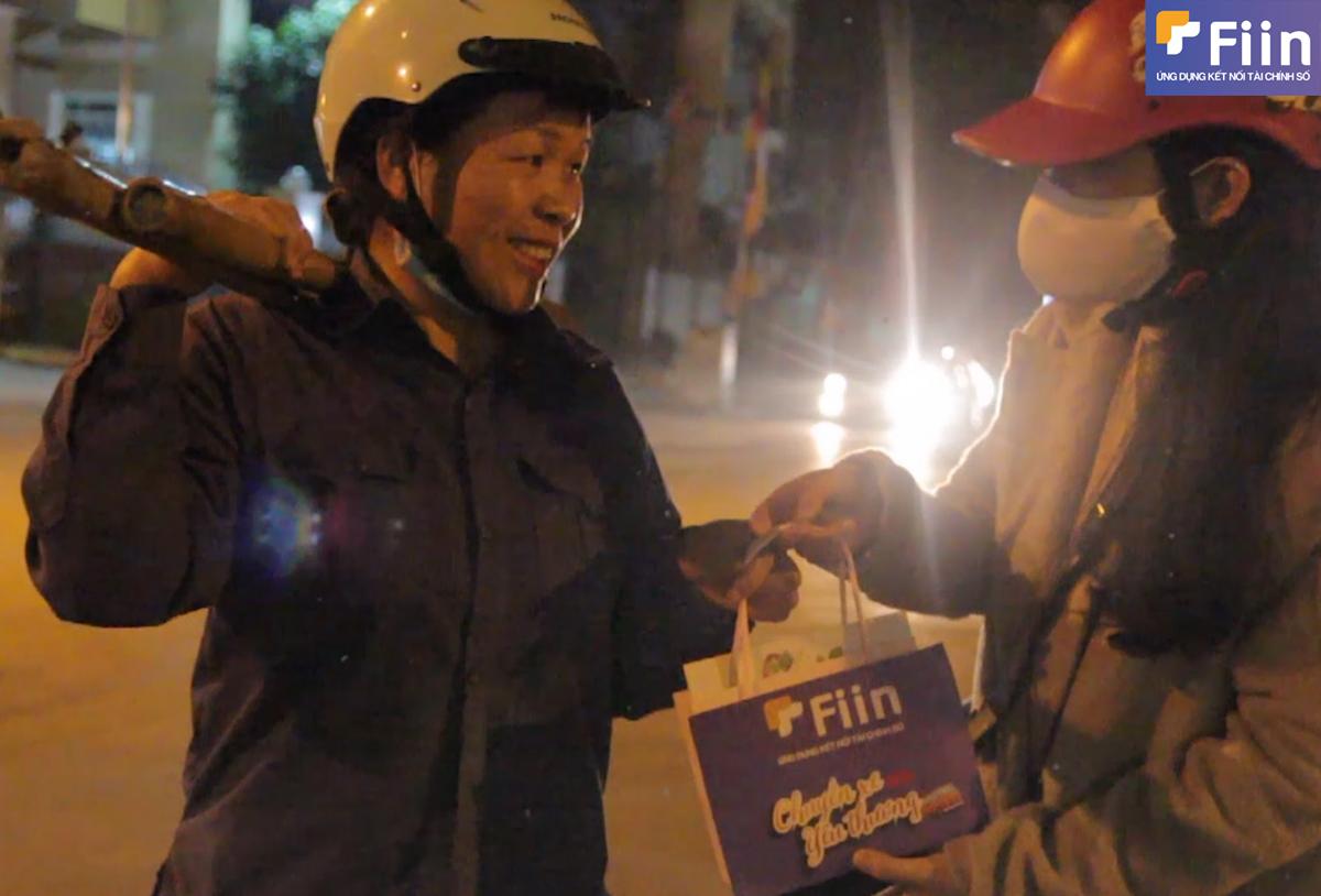 Fiin trao những món quà dù nhỏ bé nhưng chứa định tình cảm to lớn dành tặng cho những người phụ nữ lao động trong ngày 8/3