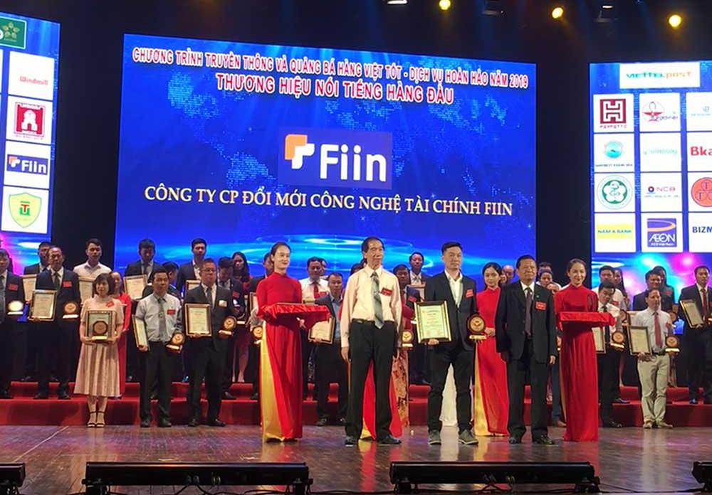 CEO Trần Việt Vĩnh (đứng giữa) trong buổi vinh danh Top 10 Thương hiệu uy tín Việt Nam