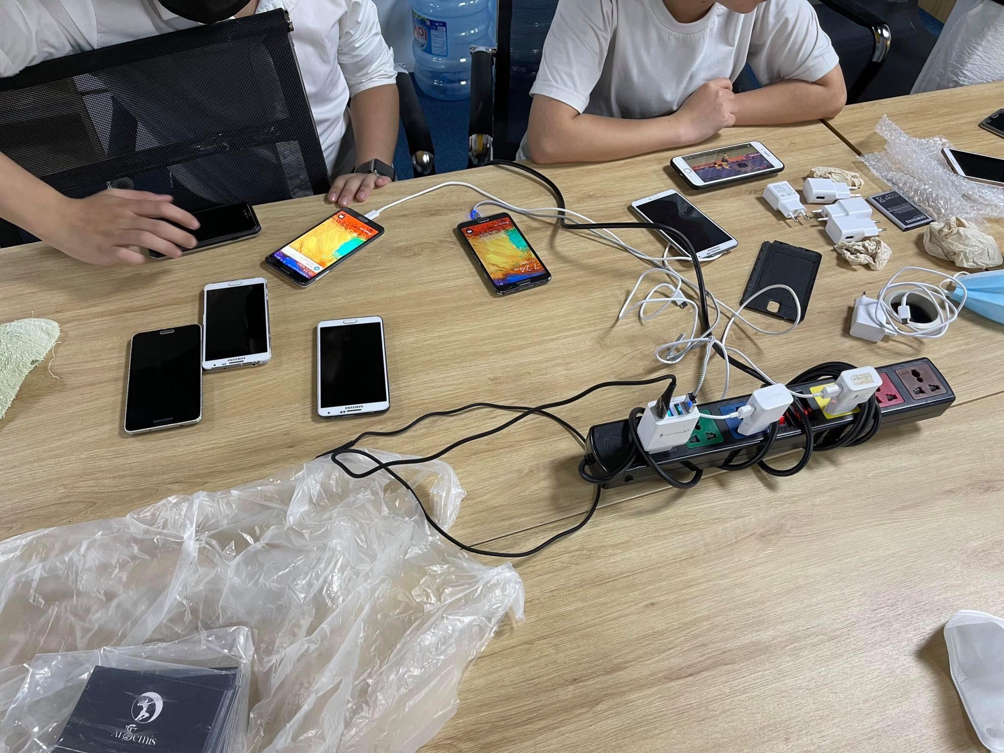 Những chiếc điện thoại được kiểm tra kỹ trước khi trao tặng cho các em học sinh